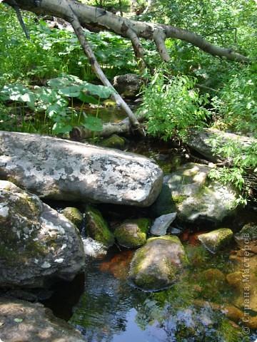 Хочу рассказать о поездке на Юг Башкирии-на красивейший двадцатиметровый водопад Гадельша.Место это потрясающее. Водопад является комплексным памятником природы. В районе водопада широко распространены различные яшмы и яшматоиды, представляющие большой интерес как ценные поделочные камни, известные во всём мире.  Дорога была длинной. Причем в гору. По каменистым тропам. Но это того стоило. Такая красота нашему взору открылась. Водопад трёхкаскадный. То есть имеет он три уровня. Вода бурлила не сильно, так как лето засушливое было, но говорят если поехать туда на майские праздники, в момент таяния снега в горах, то вода будет бурлить ой как сильно. Природа красивейшая,воздух чистый....Это была незабываемая поездка.. фото 1