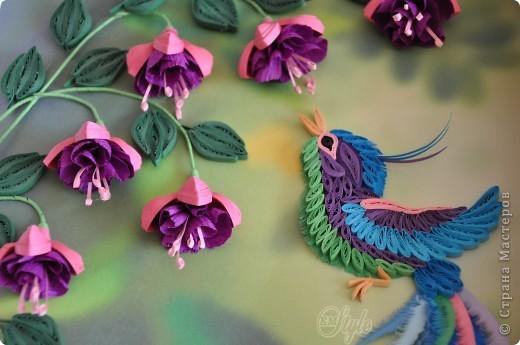 Соскучилась по квиллингу) Сделалась у меня, вот такая, ещё одна птичка... Знаю, что пустовато немного, но мне не захотелось перегружать работу дополнительным впихиванием зелени и цветов) фото 2