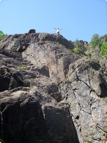 Хочу рассказать о поездке на Юг Башкирии-на красивейший двадцатиметровый водопад Гадельша.Место это потрясающее. Водопад является комплексным памятником природы. В районе водопада широко распространены различные яшмы и яшматоиды, представляющие большой интерес как ценные поделочные камни, известные во всём мире.  Дорога была длинной. Причем в гору. По каменистым тропам. Но это того стоило. Такая красота нашему взору открылась. Водопад трёхкаскадный. То есть имеет он три уровня. Вода бурлила не сильно, так как лето засушливое было, но говорят если поехать туда на майские праздники, в момент таяния снега в горах, то вода будет бурлить ой как сильно. Природа красивейшая,воздух чистый....Это была незабываемая поездка.. фото 3