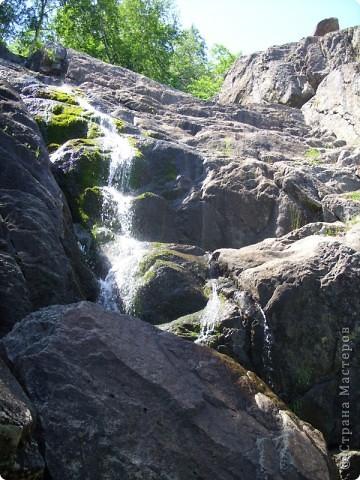 Хочу рассказать о поездке на Юг Башкирии-на красивейший двадцатиметровый водопад Гадельша.Место это потрясающее. Водопад является комплексным памятником природы. В районе водопада широко распространены различные яшмы и яшматоиды, представляющие большой интерес как ценные поделочные камни, известные во всём мире.  Дорога была длинной. Причем в гору. По каменистым тропам. Но это того стоило. Такая красота нашему взору открылась. Водопад трёхкаскадный. То есть имеет он три уровня. Вода бурлила не сильно, так как лето засушливое было, но говорят если поехать туда на майские праздники, в момент таяния снега в горах, то вода будет бурлить ой как сильно. Природа красивейшая,воздух чистый....Это была незабываемая поездка.. фото 5