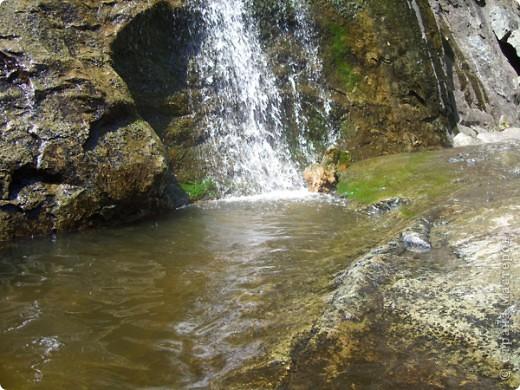 Хочу рассказать о поездке на Юг Башкирии-на красивейший двадцатиметровый водопад Гадельша.Место это потрясающее. Водопад является комплексным памятником природы. В районе водопада широко распространены различные яшмы и яшматоиды, представляющие большой интерес как ценные поделочные камни, известные во всём мире.  Дорога была длинной. Причем в гору. По каменистым тропам. Но это того стоило. Такая красота нашему взору открылась. Водопад трёхкаскадный. То есть имеет он три уровня. Вода бурлила не сильно, так как лето засушливое было, но говорят если поехать туда на майские праздники, в момент таяния снега в горах, то вода будет бурлить ой как сильно. Природа красивейшая,воздух чистый....Это была незабываемая поездка.. фото 6