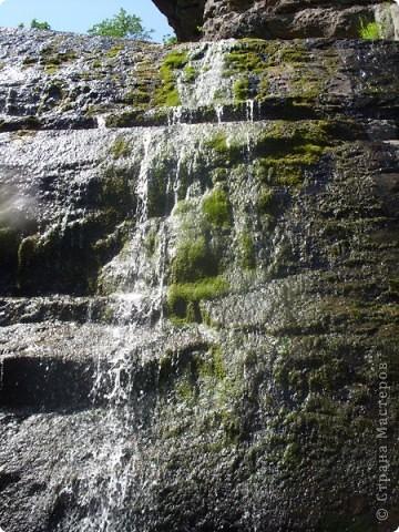 Хочу рассказать о поездке на Юг Башкирии-на красивейший двадцатиметровый водопад Гадельша.Место это потрясающее. Водопад является комплексным памятником природы. В районе водопада широко распространены различные яшмы и яшматоиды, представляющие большой интерес как ценные поделочные камни, известные во всём мире.  Дорога была длинной. Причем в гору. По каменистым тропам. Но это того стоило. Такая красота нашему взору открылась. Водопад трёхкаскадный. То есть имеет он три уровня. Вода бурлила не сильно, так как лето засушливое было, но говорят если поехать туда на майские праздники, в момент таяния снега в горах, то вода будет бурлить ой как сильно. Природа красивейшая,воздух чистый....Это была незабываемая поездка.. фото 7
