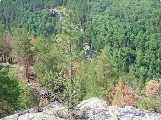 Хочу рассказать о поездке на Юг Башкирии-на красивейший двадцатиметровый водопад Гадельша.Место это потрясающее. Водопад является комплексным памятником природы. В районе водопада широко распространены различные яшмы и яшматоиды, представляющие большой интерес как ценные поделочные камни, известные во всём мире.  Дорога была длинной. Причем в гору. По каменистым тропам. Но это того стоило. Такая красота нашему взору открылась. Водопад трёхкаскадный. То есть имеет он три уровня. Вода бурлила не сильно, так как лето засушливое было, но говорят если поехать туда на майские праздники, в момент таяния снега в горах, то вода будет бурлить ой как сильно. Природа красивейшая,воздух чистый....Это была незабываемая поездка.. фото 8