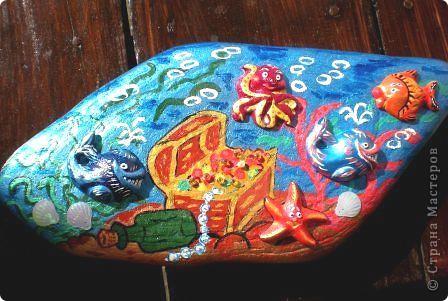 """Расписывались акриловыми красками с использованием акриловых контуров крупные мнгосторонние камни. Роспись имела общую тематику. Пдробно приведу пример камня """"Кошки"""". Идея в том, что камень можно использовать в качестве собственноручно изготовленного украшения для дома\сада, и, поворачивая разными сторонами, менять картинки. фото 11"""
