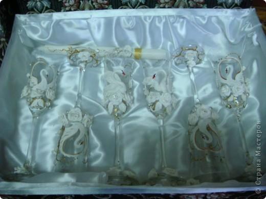 На свадьбу моей старшей дочери я приготовила подарок.На свадьбе полотенца будут украшены лебедями ,хотелось поддержать эту тему. Это бокалы для жениха и невесты.Огромное спасибо Саровочке!Её работы вдохновили на создание этих бокалов. фото 7