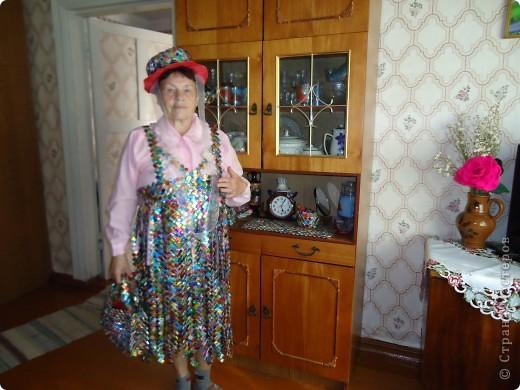 Этот наряд для выступления моя знакомая создала из фантиков. Она пенсионерка и очень творческая личность. фото 1