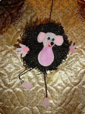 Забавный Ёжик в подарок другу. Основа - помпон из ниток.Лапки и тельце - фетр.