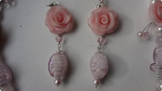 романтическое украшение из пластики, искусственного жемчуга и бусин из муранского стекла фото 2