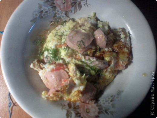 при жарке яиц добавить укроп, сосиски резаные, помидоры мелко резаные. получается очень вкусно и быстро!