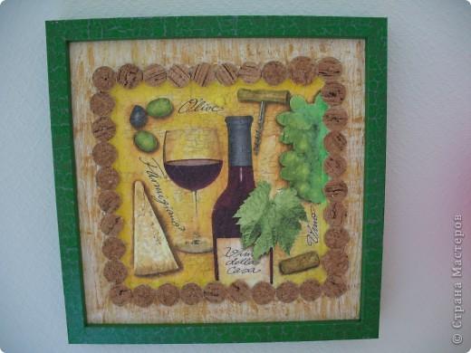 В этой работе я использовала всё что можно: и шпатлёвку, и яичную шкарлупу( под салфеткой ), и пробки от вина. Панно заняло своё место на кухне. Мне понравилось. фото 1