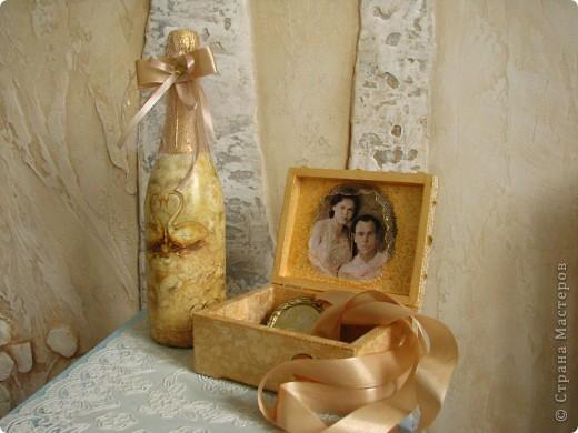 """Как известно,к Золотой свадьбе надо дарить золотые подарки. Вот я и решила сделать """"золотую  пару"""":бутылку и шкатулку для юбилейных медалей. Промучилась долго ,наделала кучу ошибок и косяков-это ведь первые мои поделки в технике декупаж .Но,как говорится,охота пуще неволи: очень уж хотелось выполнить задуманное. Получилось в итоге кривовато(на фотках видно не все),ну да ладно ...Все равно приятно удивила!)))) фото 1"""