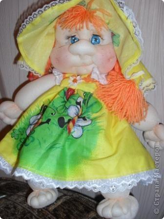 Вот появилась у меня девочка-Рыжулька.Как большая модница люблю одеваться в яркие платья.На улице лето,пришлось надеть панамку. фото 1