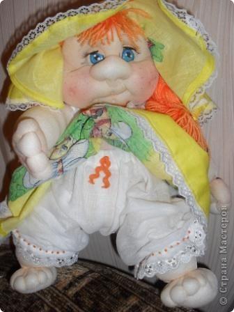 Вот появилась у меня девочка-Рыжулька.Как большая модница люблю одеваться в яркие платья.На улице лето,пришлось надеть панамку. фото 2
