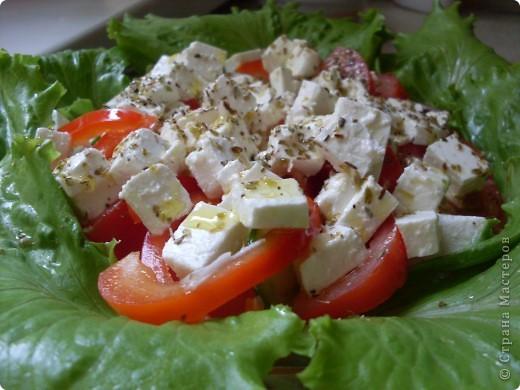 """Вот наконец """"дошли"""" руки у меня и до """"греческого салата"""" Состав: помидоры - 3 шт,   огурец - 1 шт,   лук (репчатый или красный) - 1 шт,   перец болгарский (желательно оранжевый) - 1 шт,   маслины - 3 столовых ложки,   листовой салат,   сыр брынза или Фета - 100-150 г  для заправки   оливковое масло - 2 столовых ложки,   бальзамический или винный уксус (можно заменить лимонным соком) - 2 столовых ложки,   соль,   свежемолотый перец,   сухое орегано фото 3"""