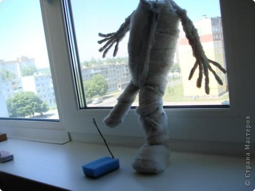 Из проволоки которая потдаётся изгибанию я скрутила проволочный каркас тела будущей куклы.Концы проволоки прикрутила и зажала плоскозубцами. фото 10