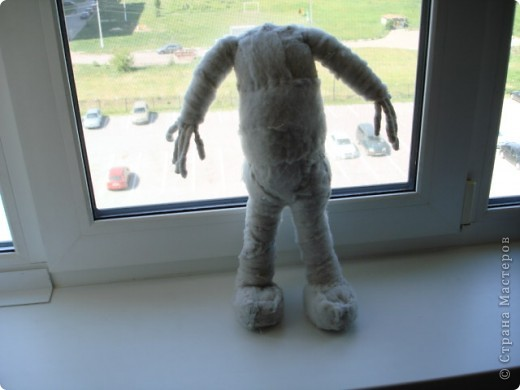 Из проволоки которая потдаётся изгибанию я скрутила проволочный каркас тела будущей куклы.Концы проволоки прикрутила и зажала плоскозубцами. фото 16