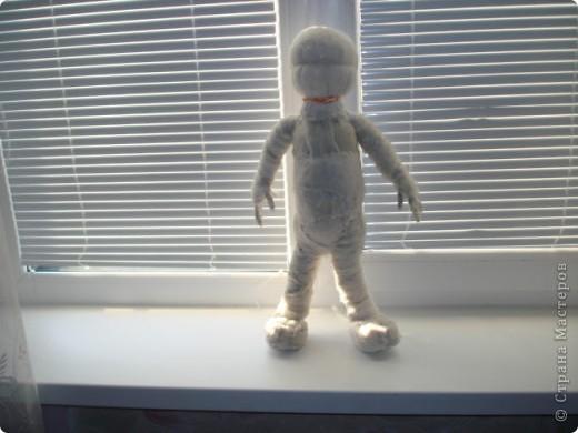 Из проволоки которая потдаётся изгибанию я скрутила проволочный каркас тела будущей куклы.Концы проволоки прикрутила и зажала плоскозубцами. фото 17