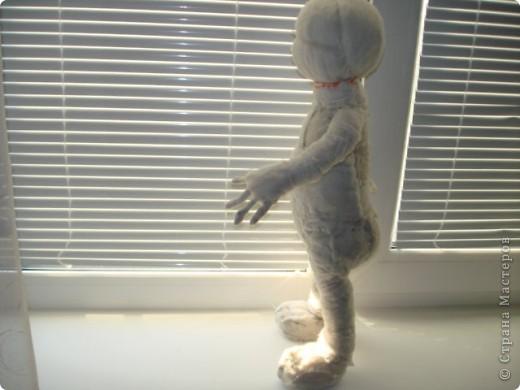 Из проволоки которая потдаётся изгибанию я скрутила проволочный каркас тела будущей куклы.Концы проволоки прикрутила и зажала плоскозубцами. фото 20