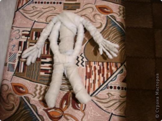 Из проволоки которая потдаётся изгибанию я скрутила проволочный каркас тела будущей куклы.Концы проволоки прикрутила и зажала плоскозубцами. фото 8