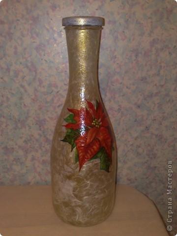 """Бутылку оклеила бумагой, прошлась немного золотом, а салфетка подобралась с """"рождественской звездой"""", и бутылка-ваза получилась на мой взгляд новогодней )))  фото 2"""