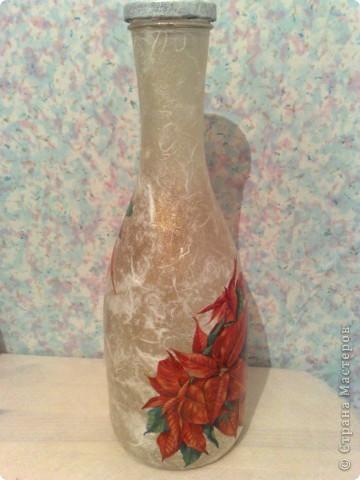 """Бутылку оклеила бумагой, прошлась немного золотом, а салфетка подобралась с """"рождественской звездой"""", и бутылка-ваза получилась на мой взгляд новогодней )))  фото 1"""
