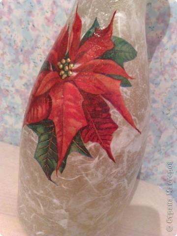 """Бутылку оклеила бумагой, прошлась немного золотом, а салфетка подобралась с """"рождественской звездой"""", и бутылка-ваза получилась на мой взгляд новогодней )))  фото 3"""