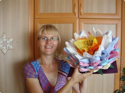 Этот цветок видела неоднократно в работах мастериц сайта.  МК по его изготовлению  - вот здесь:  http://stranamasterov.ru/node/120361  Захотелось попробовать сделать. Делали вдвоем с подругой, очень быстро - всего за пару часов. Салфетки самые обычные однослойные, но брала две салфетки, т.е.  сама делала два слоя, из одного получалось очень нестабильно. фото 3