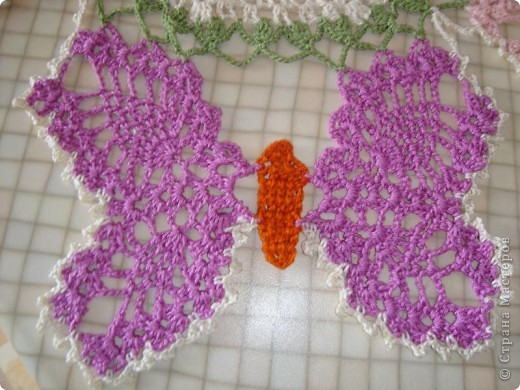 """Схему  этой салфетки увидела на """"Осинке"""".  Цвета и нюансы придумала сама. Вяжется из элементов - центр, бабочки, затем - сборка.  фото 3"""