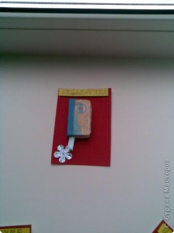 Первая часть состоит из 8 книжек...книжечки внутри пустые...сделаны из тетрадных листочков..так что можете сами добавить туда запись по желанию..каждая книжечка имеет своё направление в жанре литературы и так..Мастерицы АТСницы...МаЮрКа, Ксюша-токалка, hobby 66 ,Анна Демакова, Катя За, СветаВетаЛана, chatte , Azhgihinanata...следующая серия для того кого не указала...если кто ещё хочет то напишите...чтобы я подкорректировала количество фото 2