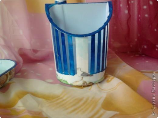 Мне не очень нравятся пластмассовая кухонная утварь, но она нужная. И моется и дешево, испортилась выбросили. Вот я  и решила приукрасить подставочку под вилки-ложки. А то глазами все время на нее натыкаюсь и не радует. Особо не старалась, но то что получилось мне понравилось. фото 7