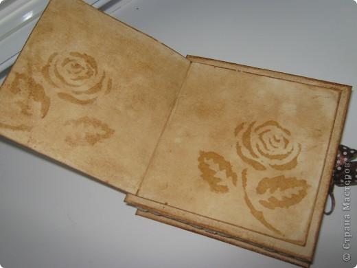 Коробочка сделана из белой бумаги для акварели тонированной кофе, тесьма также тонирована кофе как и розочки из глянцевой бумаги (Мк розочек сегодня увидела у YuliaM, https://stranamasterov.ru/node/215329 огромное спасибо!!! вот решила сделать, очень понравились эти цветочки)  фото 3