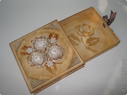 Коробочка сделана из белой бумаги для акварели тонированной кофе, тесьма также тонирована кофе как и розочки из глянцевой бумаги (Мк розочек сегодня увидела у YuliaM, https://stranamasterov.ru/node/215329 огромное спасибо!!! вот решила сделать, очень понравились эти цветочки)  фото 4