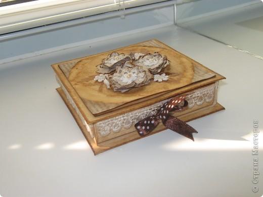 Коробочка сделана из белой бумаги для акварели тонированной кофе, тесьма также тонирована кофе как и розочки из глянцевой бумаги (Мк розочек сегодня увидела у YuliaM, https://stranamasterov.ru/node/215329 огромное спасибо!!! вот решила сделать, очень понравились эти цветочки)  фото 5
