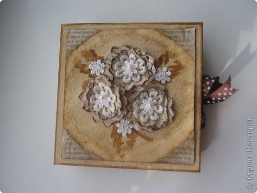 Коробочка сделана из белой бумаги для акварели тонированной кофе, тесьма также тонирована кофе как и розочки из глянцевой бумаги (Мк розочек сегодня увидела у YuliaM, https://stranamasterov.ru/node/215329 огромное спасибо!!! вот решила сделать, очень понравились эти цветочки)  фото 2