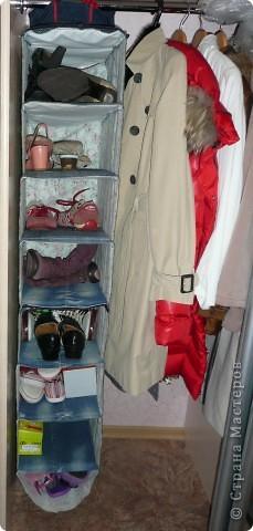 Полка текстильная. В моем случае для хранения используемой обуви в шкафу. Использовался лоскут ткани, остатки старых джинс. Полочки сшиты как карманы. В полочки для жесткости вставлены по две картонки нарезанные из тех коробок, в которых лежала эта обувь. фото 1