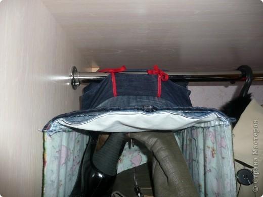 Полка текстильная. В моем случае для хранения используемой обуви в шкафу. Использовался лоскут ткани, остатки старых джинс. Полочки сшиты как карманы. В полочки для жесткости вставлены по две картонки нарезанные из тех коробок, в которых лежала эта обувь. фото 2