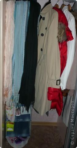 Полка текстильная. В моем случае для хранения используемой обуви в шкафу. Использовался лоскут ткани, остатки старых джинс. Полочки сшиты как карманы. В полочки для жесткости вставлены по две картонки нарезанные из тех коробок, в которых лежала эта обувь. фото 3