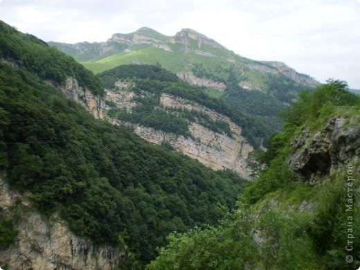 Решила сегодня поделиться с вами великолепием Кавказа. Я бесконечно люблю Кавказ, тут родилась, тут выросла и уж точно не собираюсь отсюда уезжать! Потому что тут мои любимые ГОРЫ! Да, многие скажут, что горы есть не только на Кавказе... Но ведь наши горы - самые молодые, им всего - то около 6 млн. лет:) Уж не сравнить с Уральскими, которым около 300 млн. лет. Но все же! Несмотря на, так сказать, младенческий возраст Кавказских гор - они великолепны! Мне и моря не надо, когда рядом есть они!:) Сегодня я посетила территорию Кабардино - Балкарии (соседняя республика), а именно - Черекское ущелье (Черекскую теснину, Голубые озера), Чегемские водопады, горячий источник Аушигер... Для начала - кратенькие сведения, а потом - фото, фото и фото:) Без каких - либо комментариев, хочу поделиться с вами той красотой, которую я сегодня наблюдала воочию:) Итак... Черекское ущелье... Черекское ущелье - одно из самых известных ущелий Кабардино-Балкарии. Его обрывы в высоту составляют более 200 метров, а высота всей чашки с почти отвесными стенами - около 500 метров. Через него можно пройти или проехать через тоннель, а можно пройти по пешеходной дороге, прямо по самому краю (мы шли именно по пешеходной дороге, хотя раньше по ней ездили машины...). Чувство, которое охватывает при взгляде на ущелье - страшно красиво. Именно так, и страшно, и красиво. Очень красиво и жутко страшно. Так страшно, что хочется то закрыть глаза, то смотреть, не отрываясь. Феерическая, захватывающая дух высота.  А теперь только фото... Наслаждайтесь!:) фото 1