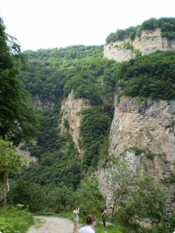 Решила сегодня поделиться с вами великолепием Кавказа. Я бесконечно люблю Кавказ, тут родилась, тут выросла и уж точно не собираюсь отсюда уезжать! Потому что тут мои любимые ГОРЫ! Да, многие скажут, что горы есть не только на Кавказе... Но ведь наши горы - самые молодые, им всего - то около 6 млн. лет:) Уж не сравнить с Уральскими, которым около 300 млн. лет. Но все же! Несмотря на, так сказать, младенческий возраст Кавказских гор - они великолепны! Мне и моря не надо, когда рядом есть они!:) Сегодня я посетила территорию Кабардино - Балкарии (соседняя республика), а именно - Черекское ущелье (Черекскую теснину, Голубые озера), Чегемские водопады, горячий источник Аушигер... Для начала - кратенькие сведения, а потом - фото, фото и фото:) Без каких - либо комментариев, хочу поделиться с вами той красотой, которую я сегодня наблюдала воочию:) Итак... Черекское ущелье... Черекское ущелье - одно из самых известных ущелий Кабардино-Балкарии. Его обрывы в высоту составляют более 200 метров, а высота всей чашки с почти отвесными стенами - около 500 метров. Через него можно пройти или проехать через тоннель, а можно пройти по пешеходной дороге, прямо по самому краю (мы шли именно по пешеходной дороге, хотя раньше по ней ездили машины...). Чувство, которое охватывает при взгляде на ущелье - страшно красиво. Именно так, и страшно, и красиво. Очень красиво и жутко страшно. Так страшно, что хочется то закрыть глаза, то смотреть, не отрываясь. Феерическая, захватывающая дух высота.  А теперь только фото... Наслаждайтесь!:) фото 2