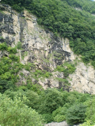 Решила сегодня поделиться с вами великолепием Кавказа. Я бесконечно люблю Кавказ, тут родилась, тут выросла и уж точно не собираюсь отсюда уезжать! Потому что тут мои любимые ГОРЫ! Да, многие скажут, что горы есть не только на Кавказе... Но ведь наши горы - самые молодые, им всего - то около 6 млн. лет:) Уж не сравнить с Уральскими, которым около 300 млн. лет. Но все же! Несмотря на, так сказать, младенческий возраст Кавказских гор - они великолепны! Мне и моря не надо, когда рядом есть они!:) Сегодня я посетила территорию Кабардино - Балкарии (соседняя республика), а именно - Черекское ущелье (Черекскую теснину, Голубые озера), Чегемские водопады, горячий источник Аушигер... Для начала - кратенькие сведения, а потом - фото, фото и фото:) Без каких - либо комментариев, хочу поделиться с вами той красотой, которую я сегодня наблюдала воочию:) Итак... Черекское ущелье... Черекское ущелье - одно из самых известных ущелий Кабардино-Балкарии. Его обрывы в высоту составляют более 200 метров, а высота всей чашки с почти отвесными стенами - около 500 метров. Через него можно пройти или проехать через тоннель, а можно пройти по пешеходной дороге, прямо по самому краю (мы шли именно по пешеходной дороге, хотя раньше по ней ездили машины...). Чувство, которое охватывает при взгляде на ущелье - страшно красиво. Именно так, и страшно, и красиво. Очень красиво и жутко страшно. Так страшно, что хочется то закрыть глаза, то смотреть, не отрываясь. Феерическая, захватывающая дух высота.  А теперь только фото... Наслаждайтесь!:) фото 3