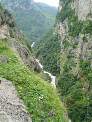 Решила сегодня поделиться с вами великолепием Кавказа. Я бесконечно люблю Кавказ, тут родилась, тут выросла и уж точно не собираюсь отсюда уезжать! Потому что тут мои любимые ГОРЫ! Да, многие скажут, что горы есть не только на Кавказе... Но ведь наши горы - самые молодые, им всего - то около 6 млн. лет:) Уж не сравнить с Уральскими, которым около 300 млн. лет. Но все же! Несмотря на, так сказать, младенческий возраст Кавказских гор - они великолепны! Мне и моря не надо, когда рядом есть они!:) Сегодня я посетила территорию Кабардино - Балкарии (соседняя республика), а именно - Черекское ущелье (Черекскую теснину, Голубые озера), Чегемские водопады, горячий источник Аушигер... Для начала - кратенькие сведения, а потом - фото, фото и фото:) Без каких - либо комментариев, хочу поделиться с вами той красотой, которую я сегодня наблюдала воочию:) Итак... Черекское ущелье... Черекское ущелье - одно из самых известных ущелий Кабардино-Балкарии. Его обрывы в высоту составляют более 200 метров, а высота всей чашки с почти отвесными стенами - около 500 метров. Через него можно пройти или проехать через тоннель, а можно пройти по пешеходной дороге, прямо по самому краю (мы шли именно по пешеходной дороге, хотя раньше по ней ездили машины...). Чувство, которое охватывает при взгляде на ущелье - страшно красиво. Именно так, и страшно, и красиво. Очень красиво и жутко страшно. Так страшно, что хочется то закрыть глаза, то смотреть, не отрываясь. Феерическая, захватывающая дух высота.  А теперь только фото... Наслаждайтесь!:) фото 4