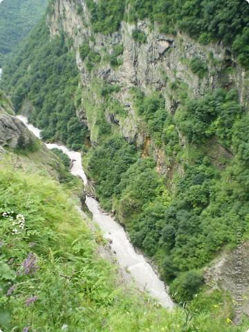 Решила сегодня поделиться с вами великолепием Кавказа. Я бесконечно люблю Кавказ, тут родилась, тут выросла и уж точно не собираюсь отсюда уезжать! Потому что тут мои любимые ГОРЫ! Да, многие скажут, что горы есть не только на Кавказе... Но ведь наши горы - самые молодые, им всего - то около 6 млн. лет:) Уж не сравнить с Уральскими, которым около 300 млн. лет. Но все же! Несмотря на, так сказать, младенческий возраст Кавказских гор - они великолепны! Мне и моря не надо, когда рядом есть они!:) Сегодня я посетила территорию Кабардино - Балкарии (соседняя республика), а именно - Черекское ущелье (Черекскую теснину, Голубые озера), Чегемские водопады, горячий источник Аушигер... Для начала - кратенькие сведения, а потом - фото, фото и фото:) Без каких - либо комментариев, хочу поделиться с вами той красотой, которую я сегодня наблюдала воочию:) Итак... Черекское ущелье... Черекское ущелье - одно из самых известных ущелий Кабардино-Балкарии. Его обрывы в высоту составляют более 200 метров, а высота всей чашки с почти отвесными стенами - около 500 метров. Через него можно пройти или проехать через тоннель, а можно пройти по пешеходной дороге, прямо по самому краю (мы шли именно по пешеходной дороге, хотя раньше по ней ездили машины...). Чувство, которое охватывает при взгляде на ущелье - страшно красиво. Именно так, и страшно, и красиво. Очень красиво и жутко страшно. Так страшно, что хочется то закрыть глаза, то смотреть, не отрываясь. Феерическая, захватывающая дух высота.  А теперь только фото... Наслаждайтесь!:) фото 5