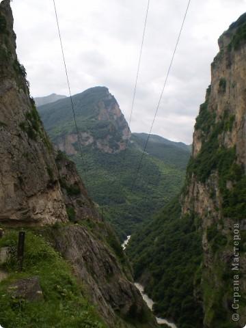Решила сегодня поделиться с вами великолепием Кавказа. Я бесконечно люблю Кавказ, тут родилась, тут выросла и уж точно не собираюсь отсюда уезжать! Потому что тут мои любимые ГОРЫ! Да, многие скажут, что горы есть не только на Кавказе... Но ведь наши горы - самые молодые, им всего - то около 6 млн. лет:) Уж не сравнить с Уральскими, которым около 300 млн. лет. Но все же! Несмотря на, так сказать, младенческий возраст Кавказских гор - они великолепны! Мне и моря не надо, когда рядом есть они!:) Сегодня я посетила территорию Кабардино - Балкарии (соседняя республика), а именно - Черекское ущелье (Черекскую теснину, Голубые озера), Чегемские водопады, горячий источник Аушигер... Для начала - кратенькие сведения, а потом - фото, фото и фото:) Без каких - либо комментариев, хочу поделиться с вами той красотой, которую я сегодня наблюдала воочию:) Итак... Черекское ущелье... Черекское ущелье - одно из самых известных ущелий Кабардино-Балкарии. Его обрывы в высоту составляют более 200 метров, а высота всей чашки с почти отвесными стенами - около 500 метров. Через него можно пройти или проехать через тоннель, а можно пройти по пешеходной дороге, прямо по самому краю (мы шли именно по пешеходной дороге, хотя раньше по ней ездили машины...). Чувство, которое охватывает при взгляде на ущелье - страшно красиво. Именно так, и страшно, и красиво. Очень красиво и жутко страшно. Так страшно, что хочется то закрыть глаза, то смотреть, не отрываясь. Феерическая, захватывающая дух высота.  А теперь только фото... Наслаждайтесь!:) фото 6