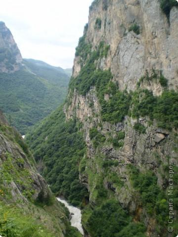Решила сегодня поделиться с вами великолепием Кавказа. Я бесконечно люблю Кавказ, тут родилась, тут выросла и уж точно не собираюсь отсюда уезжать! Потому что тут мои любимые ГОРЫ! Да, многие скажут, что горы есть не только на Кавказе... Но ведь наши горы - самые молодые, им всего - то около 6 млн. лет:) Уж не сравнить с Уральскими, которым около 300 млн. лет. Но все же! Несмотря на, так сказать, младенческий возраст Кавказских гор - они великолепны! Мне и моря не надо, когда рядом есть они!:) Сегодня я посетила территорию Кабардино - Балкарии (соседняя республика), а именно - Черекское ущелье (Черекскую теснину, Голубые озера), Чегемские водопады, горячий источник Аушигер... Для начала - кратенькие сведения, а потом - фото, фото и фото:) Без каких - либо комментариев, хочу поделиться с вами той красотой, которую я сегодня наблюдала воочию:) Итак... Черекское ущелье... Черекское ущелье - одно из самых известных ущелий Кабардино-Балкарии. Его обрывы в высоту составляют более 200 метров, а высота всей чашки с почти отвесными стенами - около 500 метров. Через него можно пройти или проехать через тоннель, а можно пройти по пешеходной дороге, прямо по самому краю (мы шли именно по пешеходной дороге, хотя раньше по ней ездили машины...). Чувство, которое охватывает при взгляде на ущелье - страшно красиво. Именно так, и страшно, и красиво. Очень красиво и жутко страшно. Так страшно, что хочется то закрыть глаза, то смотреть, не отрываясь. Феерическая, захватывающая дух высота.  А теперь только фото... Наслаждайтесь!:) фото 7
