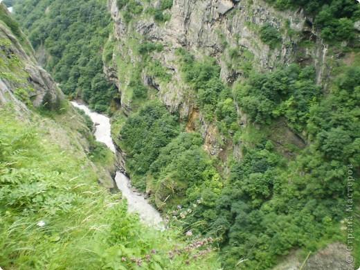 Решила сегодня поделиться с вами великолепием Кавказа. Я бесконечно люблю Кавказ, тут родилась, тут выросла и уж точно не собираюсь отсюда уезжать! Потому что тут мои любимые ГОРЫ! Да, многие скажут, что горы есть не только на Кавказе... Но ведь наши горы - самые молодые, им всего - то около 6 млн. лет:) Уж не сравнить с Уральскими, которым около 300 млн. лет. Но все же! Несмотря на, так сказать, младенческий возраст Кавказских гор - они великолепны! Мне и моря не надо, когда рядом есть они!:) Сегодня я посетила территорию Кабардино - Балкарии (соседняя республика), а именно - Черекское ущелье (Черекскую теснину, Голубые озера), Чегемские водопады, горячий источник Аушигер... Для начала - кратенькие сведения, а потом - фото, фото и фото:) Без каких - либо комментариев, хочу поделиться с вами той красотой, которую я сегодня наблюдала воочию:) Итак... Черекское ущелье... Черекское ущелье - одно из самых известных ущелий Кабардино-Балкарии. Его обрывы в высоту составляют более 200 метров, а высота всей чашки с почти отвесными стенами - около 500 метров. Через него можно пройти или проехать через тоннель, а можно пройти по пешеходной дороге, прямо по самому краю (мы шли именно по пешеходной дороге, хотя раньше по ней ездили машины...). Чувство, которое охватывает при взгляде на ущелье - страшно красиво. Именно так, и страшно, и красиво. Очень красиво и жутко страшно. Так страшно, что хочется то закрыть глаза, то смотреть, не отрываясь. Феерическая, захватывающая дух высота.  А теперь только фото... Наслаждайтесь!:) фото 8
