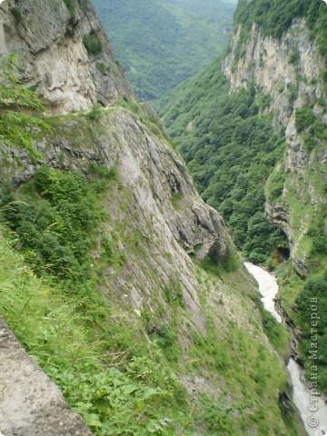 Решила сегодня поделиться с вами великолепием Кавказа. Я бесконечно люблю Кавказ, тут родилась, тут выросла и уж точно не собираюсь отсюда уезжать! Потому что тут мои любимые ГОРЫ! Да, многие скажут, что горы есть не только на Кавказе... Но ведь наши горы - самые молодые, им всего - то около 6 млн. лет:) Уж не сравнить с Уральскими, которым около 300 млн. лет. Но все же! Несмотря на, так сказать, младенческий возраст Кавказских гор - они великолепны! Мне и моря не надо, когда рядом есть они!:) Сегодня я посетила территорию Кабардино - Балкарии (соседняя республика), а именно - Черекское ущелье (Черекскую теснину, Голубые озера), Чегемские водопады, горячий источник Аушигер... Для начала - кратенькие сведения, а потом - фото, фото и фото:) Без каких - либо комментариев, хочу поделиться с вами той красотой, которую я сегодня наблюдала воочию:) Итак... Черекское ущелье... Черекское ущелье - одно из самых известных ущелий Кабардино-Балкарии. Его обрывы в высоту составляют более 200 метров, а высота всей чашки с почти отвесными стенами - около 500 метров. Через него можно пройти или проехать через тоннель, а можно пройти по пешеходной дороге, прямо по самому краю (мы шли именно по пешеходной дороге, хотя раньше по ней ездили машины...). Чувство, которое охватывает при взгляде на ущелье - страшно красиво. Именно так, и страшно, и красиво. Очень красиво и жутко страшно. Так страшно, что хочется то закрыть глаза, то смотреть, не отрываясь. Феерическая, захватывающая дух высота.  А теперь только фото... Наслаждайтесь!:) фото 9