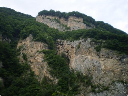 Решила сегодня поделиться с вами великолепием Кавказа. Я бесконечно люблю Кавказ, тут родилась, тут выросла и уж точно не собираюсь отсюда уезжать! Потому что тут мои любимые ГОРЫ! Да, многие скажут, что горы есть не только на Кавказе... Но ведь наши горы - самые молодые, им всего - то около 6 млн. лет:) Уж не сравнить с Уральскими, которым около 300 млн. лет. Но все же! Несмотря на, так сказать, младенческий возраст Кавказских гор - они великолепны! Мне и моря не надо, когда рядом есть они!:) Сегодня я посетила территорию Кабардино - Балкарии (соседняя республика), а именно - Черекское ущелье (Черекскую теснину, Голубые озера), Чегемские водопады, горячий источник Аушигер... Для начала - кратенькие сведения, а потом - фото, фото и фото:) Без каких - либо комментариев, хочу поделиться с вами той красотой, которую я сегодня наблюдала воочию:) Итак... Черекское ущелье... Черекское ущелье - одно из самых известных ущелий Кабардино-Балкарии. Его обрывы в высоту составляют более 200 метров, а высота всей чашки с почти отвесными стенами - около 500 метров. Через него можно пройти или проехать через тоннель, а можно пройти по пешеходной дороге, прямо по самому краю (мы шли именно по пешеходной дороге, хотя раньше по ней ездили машины...). Чувство, которое охватывает при взгляде на ущелье - страшно красиво. Именно так, и страшно, и красиво. Очень красиво и жутко страшно. Так страшно, что хочется то закрыть глаза, то смотреть, не отрываясь. Феерическая, захватывающая дух высота.  А теперь только фото... Наслаждайтесь!:) фото 11
