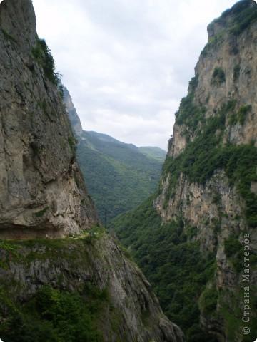 Решила сегодня поделиться с вами великолепием Кавказа. Я бесконечно люблю Кавказ, тут родилась, тут выросла и уж точно не собираюсь отсюда уезжать! Потому что тут мои любимые ГОРЫ! Да, многие скажут, что горы есть не только на Кавказе... Но ведь наши горы - самые молодые, им всего - то около 6 млн. лет:) Уж не сравнить с Уральскими, которым около 300 млн. лет. Но все же! Несмотря на, так сказать, младенческий возраст Кавказских гор - они великолепны! Мне и моря не надо, когда рядом есть они!:) Сегодня я посетила территорию Кабардино - Балкарии (соседняя республика), а именно - Черекское ущелье (Черекскую теснину, Голубые озера), Чегемские водопады, горячий источник Аушигер... Для начала - кратенькие сведения, а потом - фото, фото и фото:) Без каких - либо комментариев, хочу поделиться с вами той красотой, которую я сегодня наблюдала воочию:) Итак... Черекское ущелье... Черекское ущелье - одно из самых известных ущелий Кабардино-Балкарии. Его обрывы в высоту составляют более 200 метров, а высота всей чашки с почти отвесными стенами - около 500 метров. Через него можно пройти или проехать через тоннель, а можно пройти по пешеходной дороге, прямо по самому краю (мы шли именно по пешеходной дороге, хотя раньше по ней ездили машины...). Чувство, которое охватывает при взгляде на ущелье - страшно красиво. Именно так, и страшно, и красиво. Очень красиво и жутко страшно. Так страшно, что хочется то закрыть глаза, то смотреть, не отрываясь. Феерическая, захватывающая дух высота.  А теперь только фото... Наслаждайтесь!:) фото 12