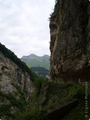 Решила сегодня поделиться с вами великолепием Кавказа. Я бесконечно люблю Кавказ, тут родилась, тут выросла и уж точно не собираюсь отсюда уезжать! Потому что тут мои любимые ГОРЫ! Да, многие скажут, что горы есть не только на Кавказе... Но ведь наши горы - самые молодые, им всего - то около 6 млн. лет:) Уж не сравнить с Уральскими, которым около 300 млн. лет. Но все же! Несмотря на, так сказать, младенческий возраст Кавказских гор - они великолепны! Мне и моря не надо, когда рядом есть они!:) Сегодня я посетила территорию Кабардино - Балкарии (соседняя республика), а именно - Черекское ущелье (Черекскую теснину, Голубые озера), Чегемские водопады, горячий источник Аушигер... Для начала - кратенькие сведения, а потом - фото, фото и фото:) Без каких - либо комментариев, хочу поделиться с вами той красотой, которую я сегодня наблюдала воочию:) Итак... Черекское ущелье... Черекское ущелье - одно из самых известных ущелий Кабардино-Балкарии. Его обрывы в высоту составляют более 200 метров, а высота всей чашки с почти отвесными стенами - около 500 метров. Через него можно пройти или проехать через тоннель, а можно пройти по пешеходной дороге, прямо по самому краю (мы шли именно по пешеходной дороге, хотя раньше по ней ездили машины...). Чувство, которое охватывает при взгляде на ущелье - страшно красиво. Именно так, и страшно, и красиво. Очень красиво и жутко страшно. Так страшно, что хочется то закрыть глаза, то смотреть, не отрываясь. Феерическая, захватывающая дух высота.  А теперь только фото... Наслаждайтесь!:) фото 14