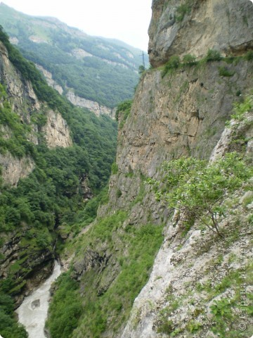 Решила сегодня поделиться с вами великолепием Кавказа. Я бесконечно люблю Кавказ, тут родилась, тут выросла и уж точно не собираюсь отсюда уезжать! Потому что тут мои любимые ГОРЫ! Да, многие скажут, что горы есть не только на Кавказе... Но ведь наши горы - самые молодые, им всего - то около 6 млн. лет:) Уж не сравнить с Уральскими, которым около 300 млн. лет. Но все же! Несмотря на, так сказать, младенческий возраст Кавказских гор - они великолепны! Мне и моря не надо, когда рядом есть они!:) Сегодня я посетила территорию Кабардино - Балкарии (соседняя республика), а именно - Черекское ущелье (Черекскую теснину, Голубые озера), Чегемские водопады, горячий источник Аушигер... Для начала - кратенькие сведения, а потом - фото, фото и фото:) Без каких - либо комментариев, хочу поделиться с вами той красотой, которую я сегодня наблюдала воочию:) Итак... Черекское ущелье... Черекское ущелье - одно из самых известных ущелий Кабардино-Балкарии. Его обрывы в высоту составляют более 200 метров, а высота всей чашки с почти отвесными стенами - около 500 метров. Через него можно пройти или проехать через тоннель, а можно пройти по пешеходной дороге, прямо по самому краю (мы шли именно по пешеходной дороге, хотя раньше по ней ездили машины...). Чувство, которое охватывает при взгляде на ущелье - страшно красиво. Именно так, и страшно, и красиво. Очень красиво и жутко страшно. Так страшно, что хочется то закрыть глаза, то смотреть, не отрываясь. Феерическая, захватывающая дух высота.  А теперь только фото... Наслаждайтесь!:) фото 15